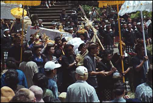 Royal Cremation Ceremony kisten baeres rundt.jpg (29952 bytes)